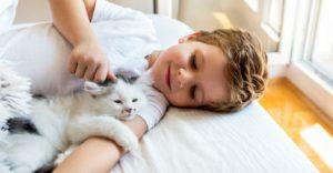 Crecer con una mascota resulta de lo más beneficioso (Istock)