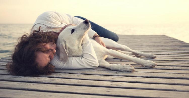 Los abrazos son la mejor 'medicina' para tu peludo amigo (Foto. Istock)
