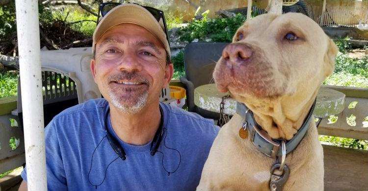 Tony Alsup con uno de los perros que rescató (Foto: Facebook)