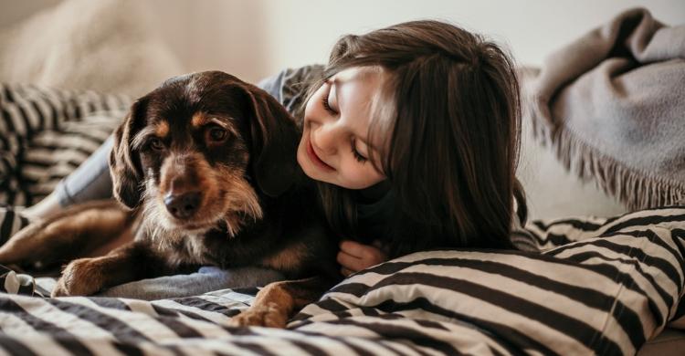 Debes tener cuidado con los besos que le des a tu perro (Istock)